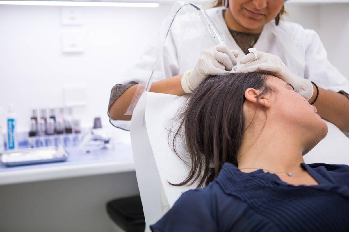 Femme faisant une trichopigmentation