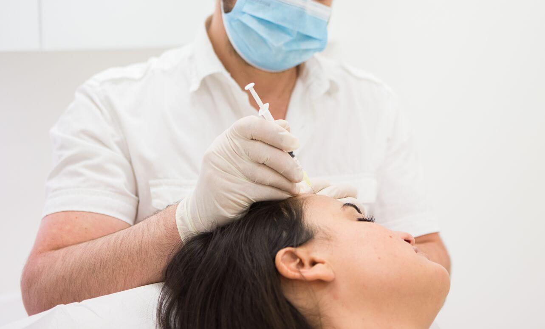 Patiente se faisant injecter du plasma riche en plaquette dans le cuir chevelu