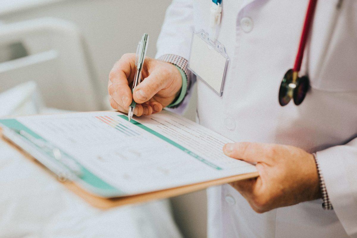 Médecin en train de faire son compte-rendu de consultation