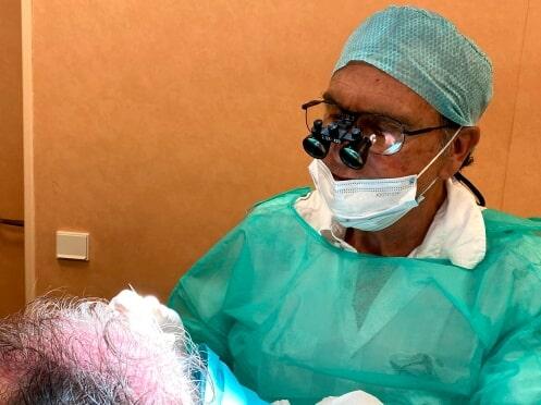Prélèvement de greffons par un chirurgien pendant une greffe de cheveux